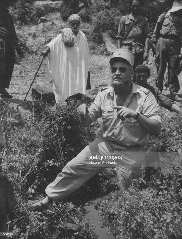 САС офицер лейт Клод Гольштейн сент 1957 с местными.jpg