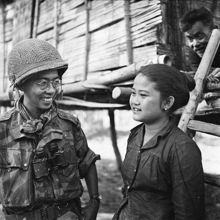 офицер беседует с девушкой из Лаоса янв 1954 п феррари.jpg