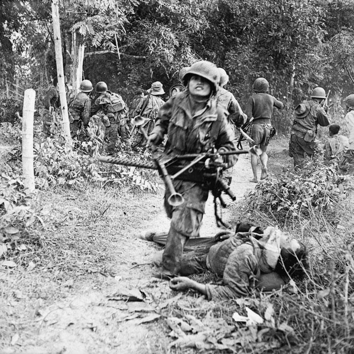 парашютист тащит трофей пулемет браунинг янв 1954 п феррари.jpg