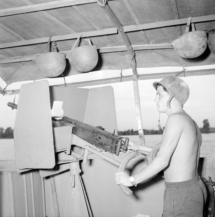 моряк с тяжелым пулеметом авг 1952 Ги Дефив.jpg