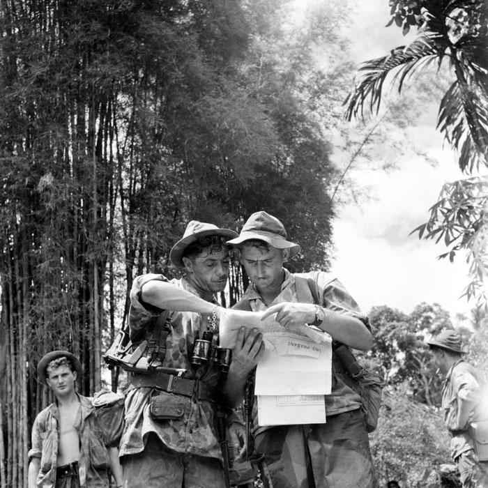 2 сержанта из 6 бкп изучают план деревни май 1953 Перо.jpg