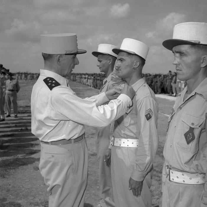 де Латтр нагр сержанта 2 БЕП кепи бел так как торж постр 2.jpg