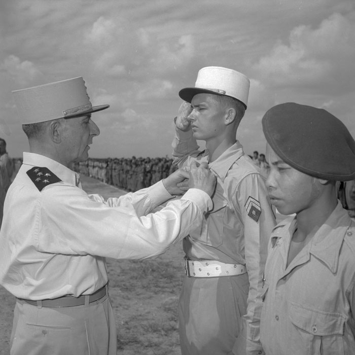 де Латтр нагр сержанта 2 БЕП кепи бел так как торж постр.jpg