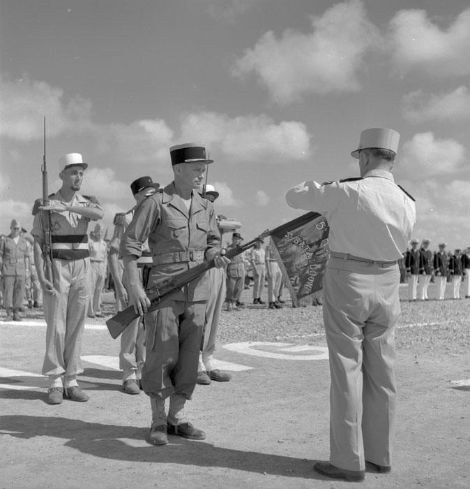 де латтр прикр на флаг 3 бат 5 пех полка ИЛ награду майор Дюфур.jpg