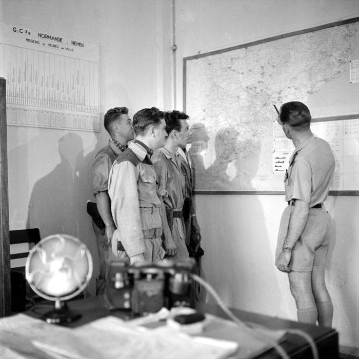 Капитан Маэ зам командира объясняет пилотам задачу.jpg