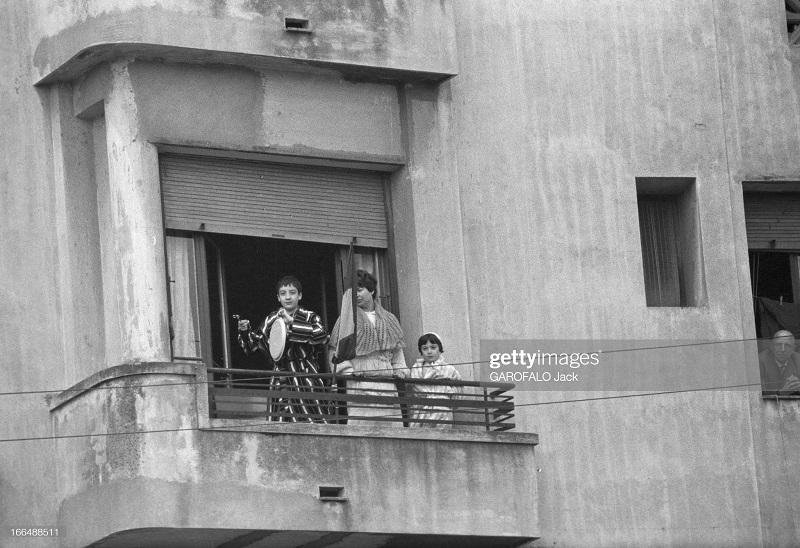 Алжир город после маниф и взрывов ОАС 13 нояб 1961 Джек Гарафало 7 бьют в сковородку.jpg