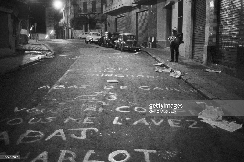 Алжир город после маниф и взрывов ОАС 13 нояб 1961 Джек Гарафало антиголлист надписи.jpg