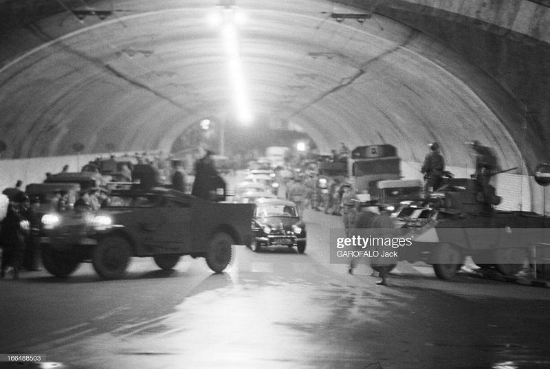 Алжир город после маниф и взрывов ОАС 13 нояб 1961 Джек Гарафало туннель проверка.jpg