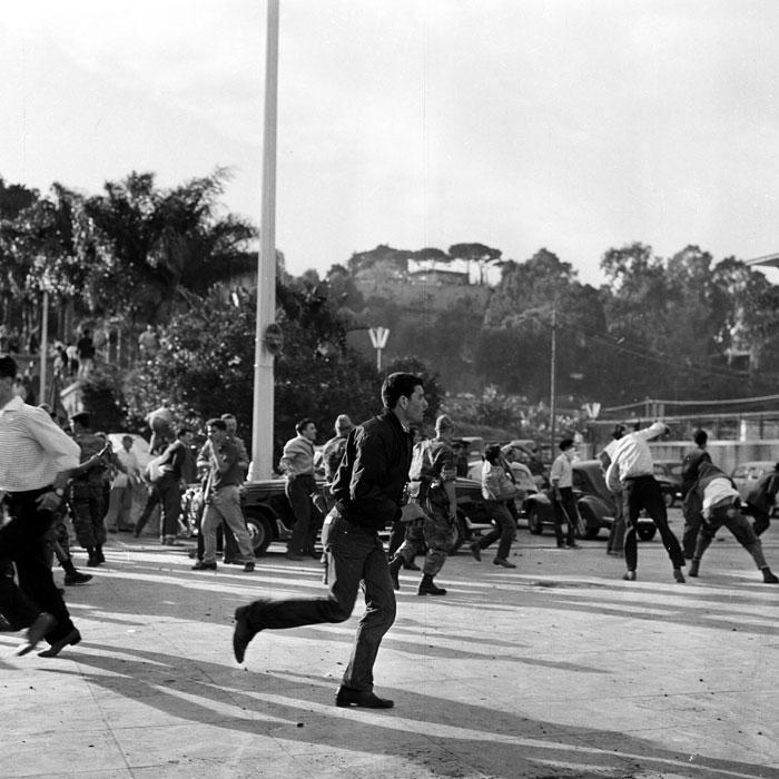 манифестанты бросают камни 13 мая 1958.jpg