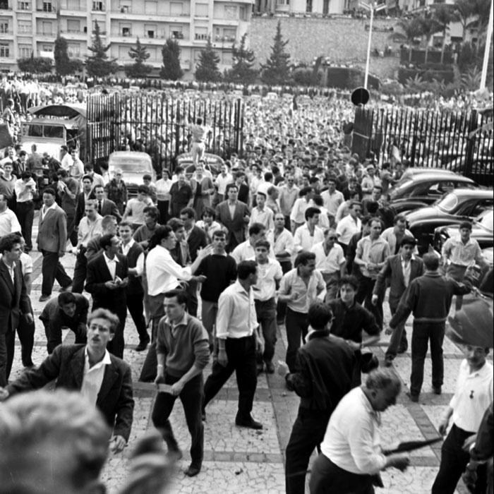 толпа входит во дворец ГГ 13 мая 1958.jpg