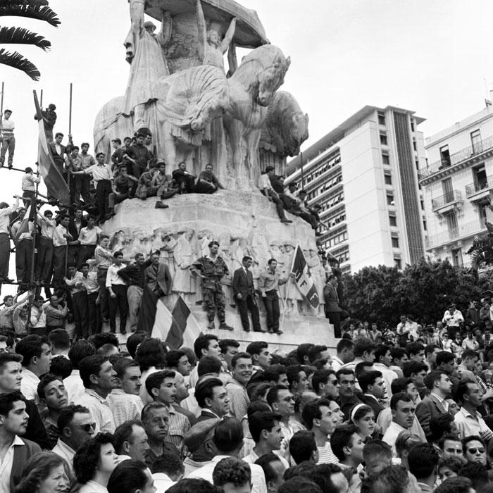 толпа на форуме 13 мая 1958.jpg