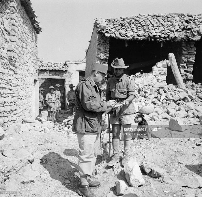 Солдат и фо в деревне 8 июня 1956 Ф Паж.jpg