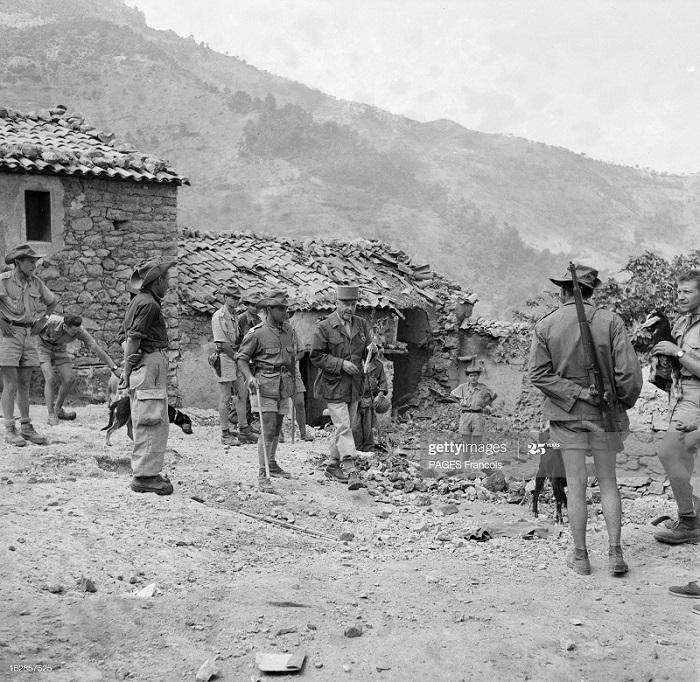 Солдаты в деревне 8 июня 1956 Ф Паж.jpg