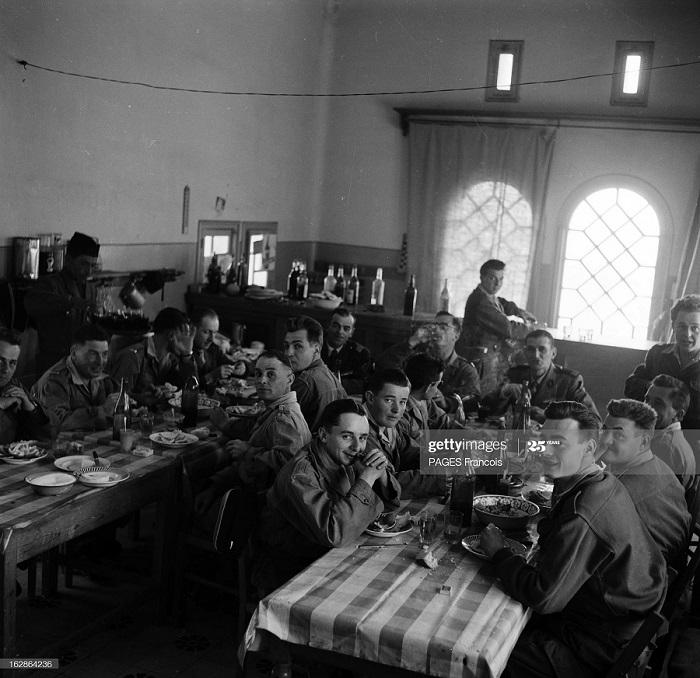 Солдаты в столовой 12 апр 1956 ф паж.jpg