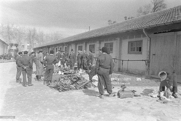 Солдаты и обмундирование фев 1956 Ф паж.jpg