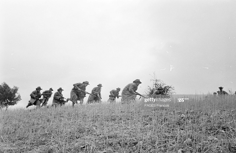 Фр солдаты продв на местности 28 окт 1955 Франсуа Паж.jpg