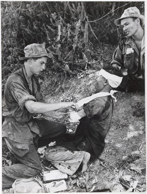 Санитар Блан оказывает помощь раненому солдату ВМ 17 июля 1954.jpg