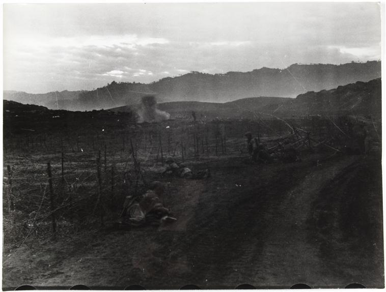 враж артил обстр долину люди ложатся на землю 25 марта 1954 камю перо 2.jpg