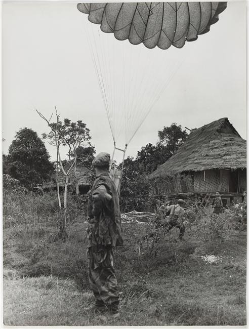 Операция кастор прибытие снаряжения на парашюте 24 нояб 1954.jpg