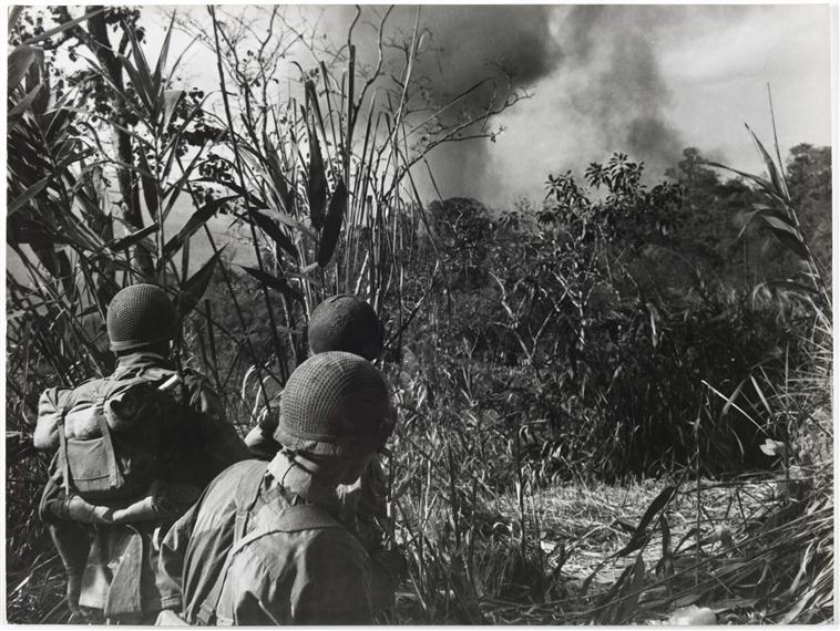 Рейд по позициям ВМ  северу от ДБФ авиация бомб враж позиции напалмом 2 фев 1954.jpg