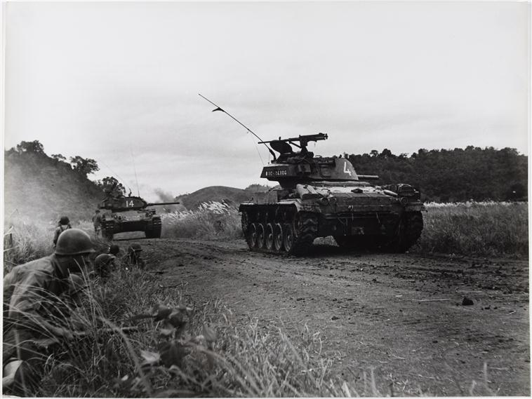 танки отвечают на выстрелы артил и пулем 24 окт 1953.jpg