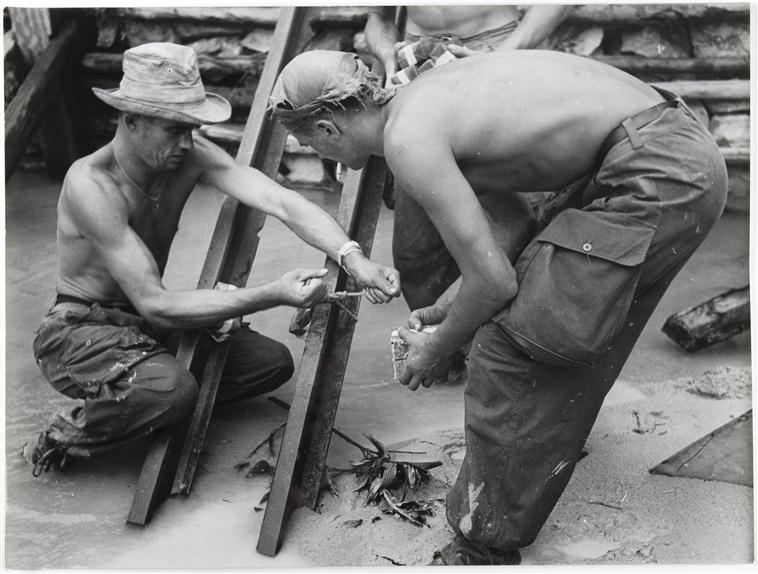 подрывники готовятся уничтожить плотину 18 окт 1953 д камю 2.jpg