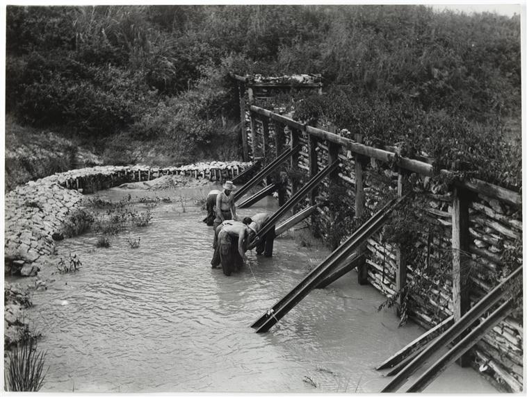 подрывники готовятся уничтожить плотину 18 окт 1953 д камю.jpg