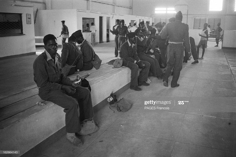 Солдаты из нигера в Алжир остановка в пути в аэровокз 15 апр 1956 ф паж.jpg