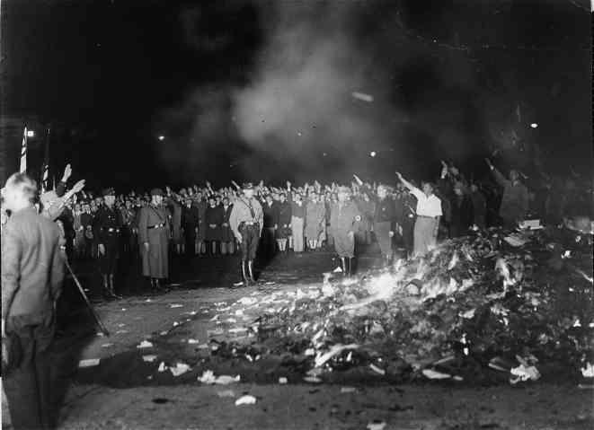 Фашисты сжигают книги