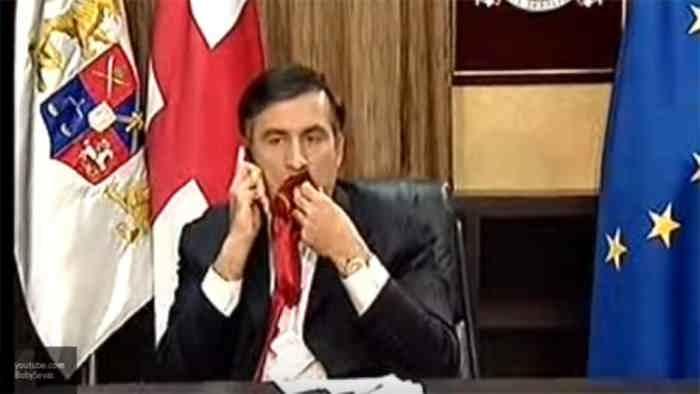 Саакашвили ест галстук