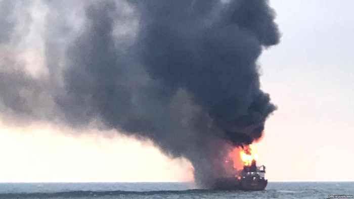 Горящее судно у берегов Крыма