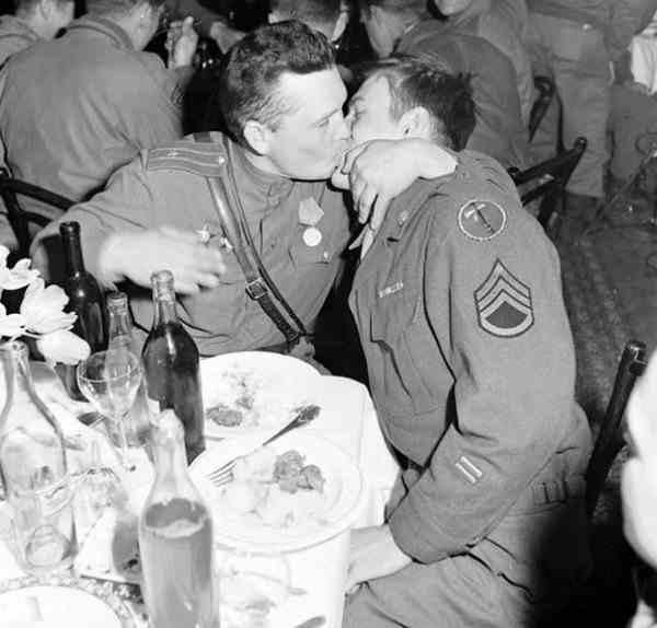 Братание русских и американских солдат, 1945