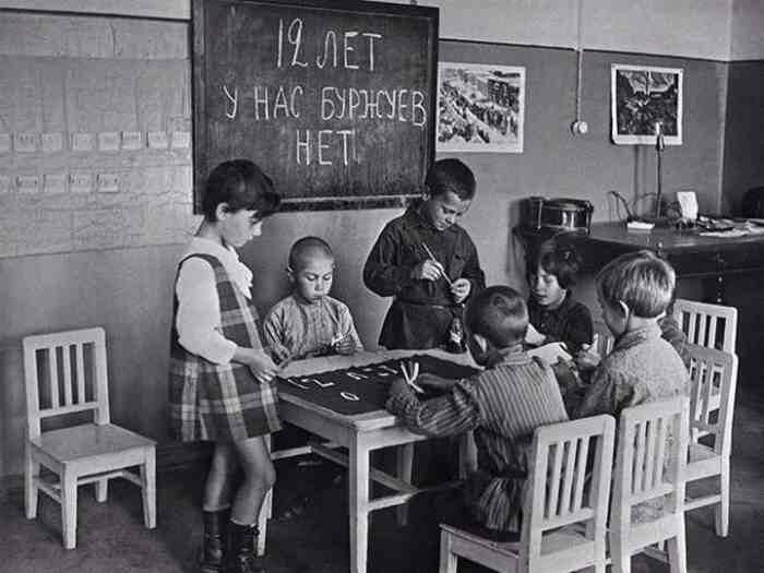 Дети рисуют плакат к празднованию 12-й годовщины Октября, 1 октября 1929