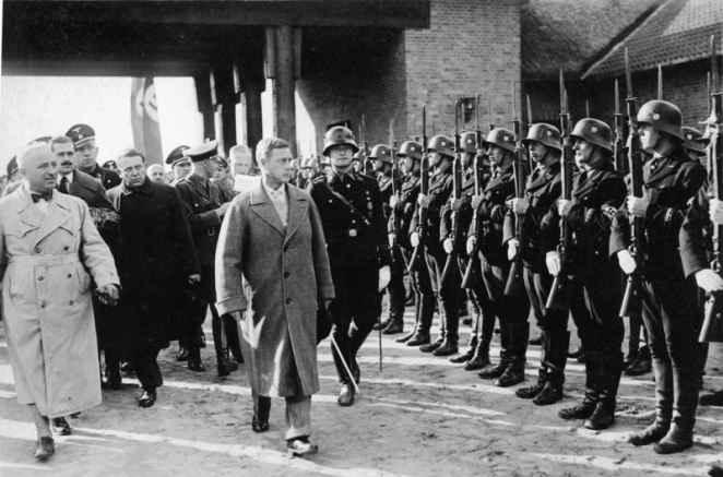 Герцог Виндзорский вместе с Робертом Леем обходит почетный караул СС в Померании 1937