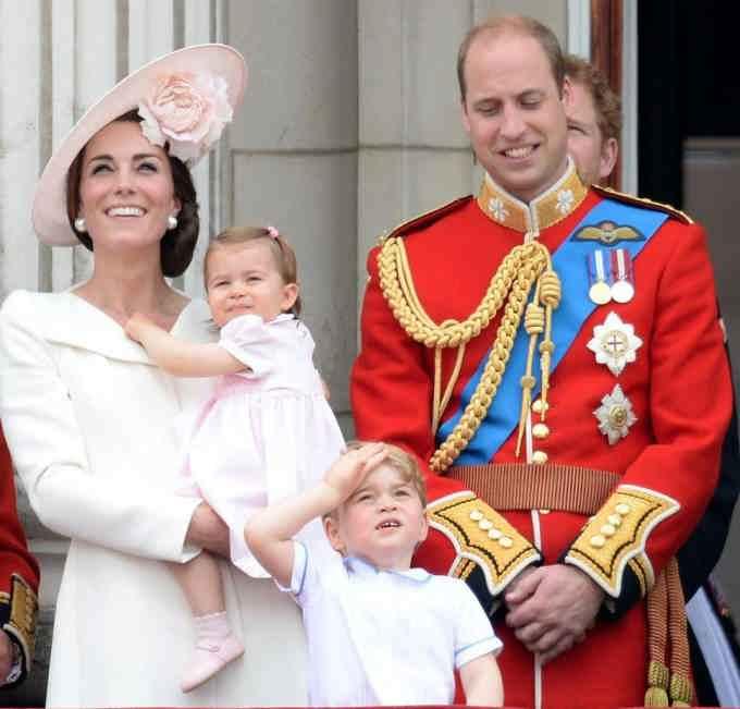 Принц Джордж с родителями и сестрой