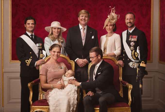 Официальное фото с крестин принцессы Эстель с ее родителями и крёстными