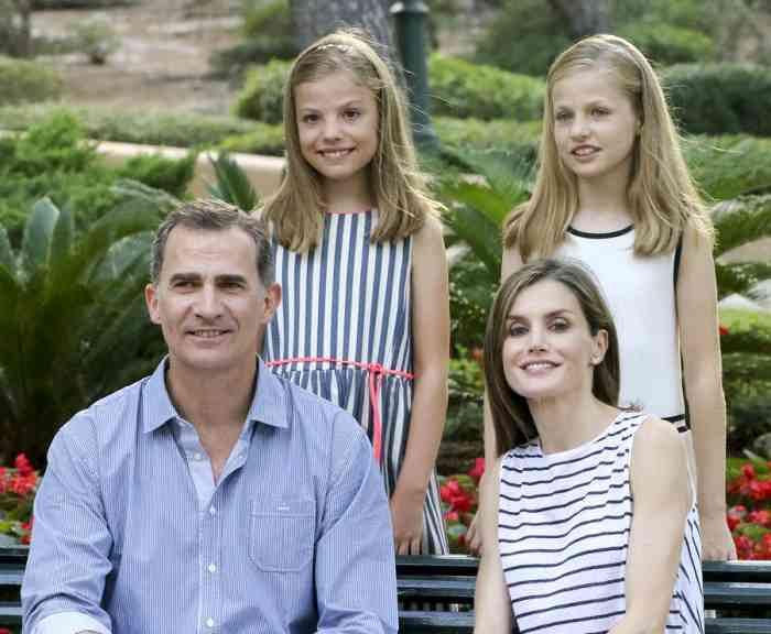 Король и королева Испании с дочерьми