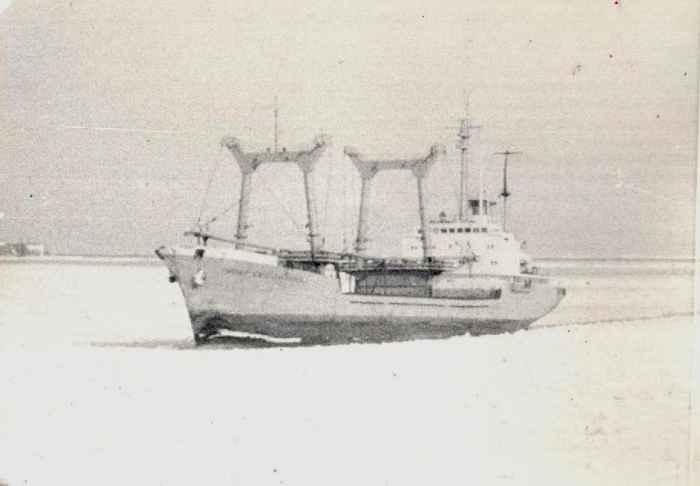 Пионер Южно-Сахалинска заходит в порт Ванино