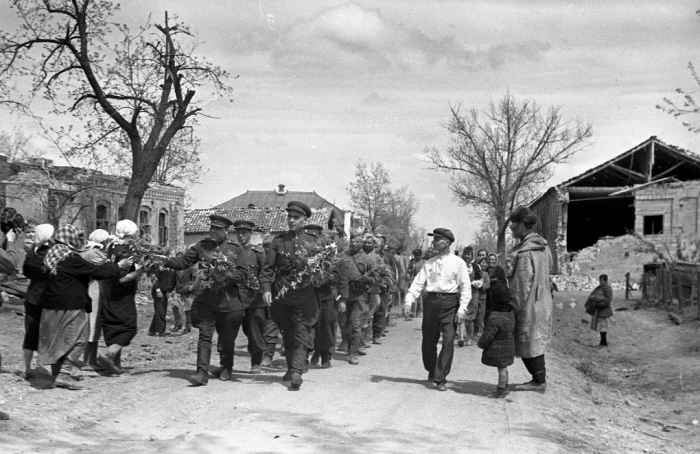 Жители станицы Крымская с цветами встречают советских солдат май 1943