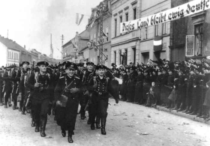 Жители Мемеля приветствуют фашистов