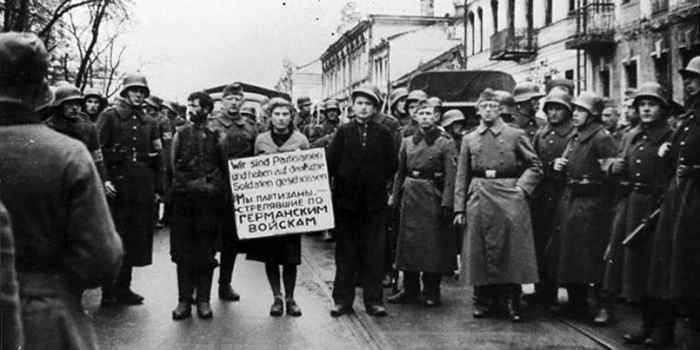 Литовские полицейские из 2-го батальона шуцманшафта ведут на казнь белорусских партизан. Минск, 26 октября 1941