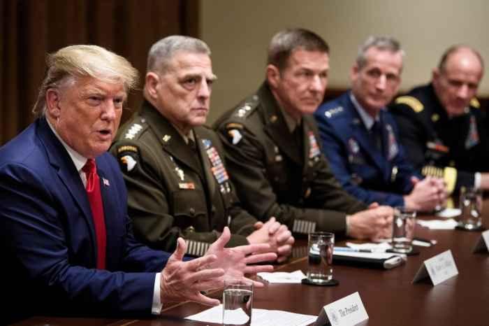 Президент Трамп с генералами
