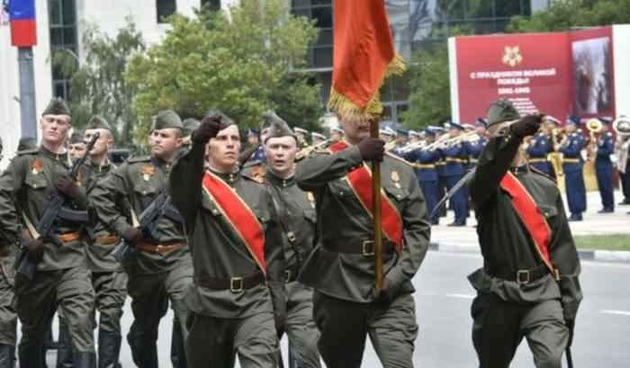 Новороссийск. Пехота в форме времён войны