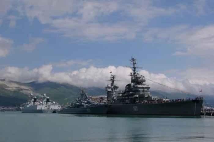 Новороссийск. Морской вокзал. Перед построением кораблей на бочках в Цемесской бухте