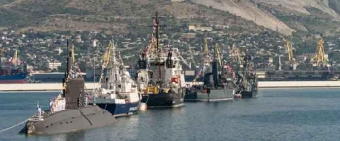 Новороссийск. Корабли и подводная лодка в линии
