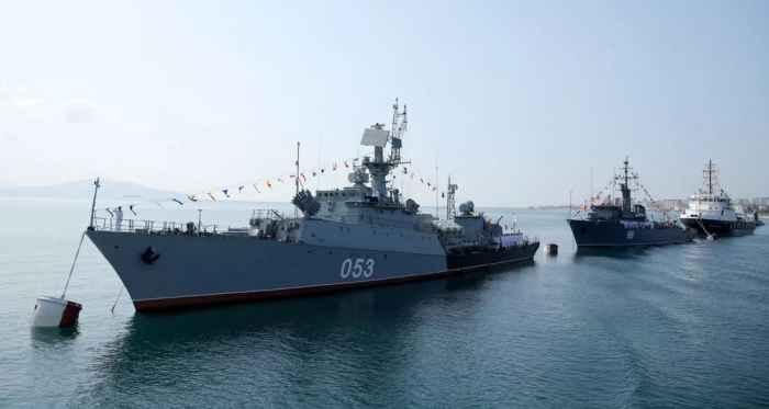 Новороссийск. Корабли на бочках в парадном строю