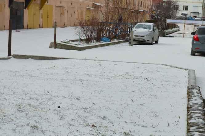 Снег около гаражей