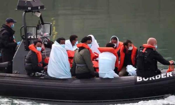 Группу мигрантов пограничники привозят в Дувр