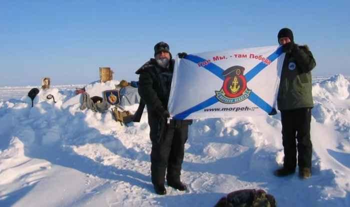 Флаг Морской пехоты России на Северном полюсе