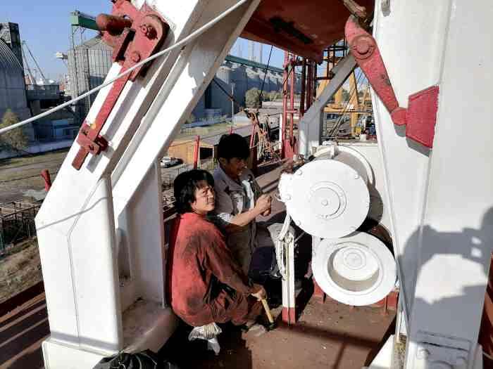 Старший механик работает на палубе